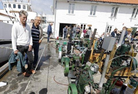 BÅTMOTORER PÅ LAND: Ernst Ellingsen (t.v.) og Gunnar Øglend er imponert over alt som er å se på.   FOTO:ALFRED AASE Skudefestivalen :