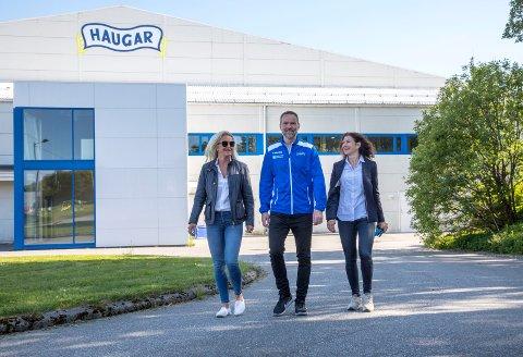 HAFTORSEN: Definitivt Haugar-familie. Fra venstre: Synnøve Haftorsen Brakstad, Per Andreas Haftorsen og Merethe Prtyz Haftorsen.
