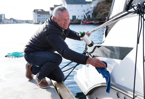 BIL OG BÅT: Daglig leder Helge Vikra i Åkra Bilimport AS som blant annet solgte 37 nye fritidsbåter i 2018.