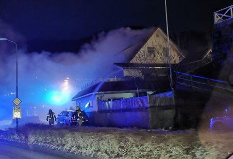 KRAFTIG RØYKUTVIKLING: Det brant kraftig i huset da brannvesenet kom fram. Bildet er tatt i 17.15-tiden, et kvarter etter at brannen ble meldt.