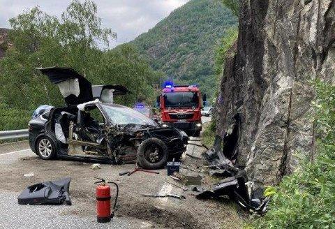 KRASJET: En el-bil krasjet i Øvre Eidfjord mandag morgen. Utrolig nok gikk det fint med de om bord.