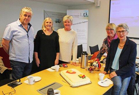Fra venstre Rune Ånes, Grete Kristensen, Sissel Merethe Høberg, Ellen Mogård Larsen og Marit Hermstad samlet for å feire at Nokut godkjenner fagskoletilbud i kreftomsorg i Sandnessjøen.