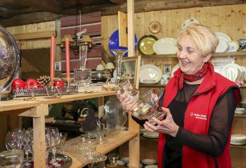 Miljøvennlig: Bruktbutikken til Røde Kors i Sjøgata har flere skjulte skatter. Randi Kampestuen forteller at det er ekstra pågang i førjulstida og hun har flere tips til de som ønsker å kjøpe en mer miljøvennlig gave.