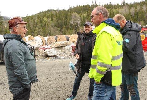 NY ARBEIDSDAG:  - Vi benytter alternative måter for transport så lenge demonstrasjonen pågår og anleggsveien er stengt, sier Ørjan Rosvold (t.h.). På bildet er han i samtale med Torstein Appfjell.