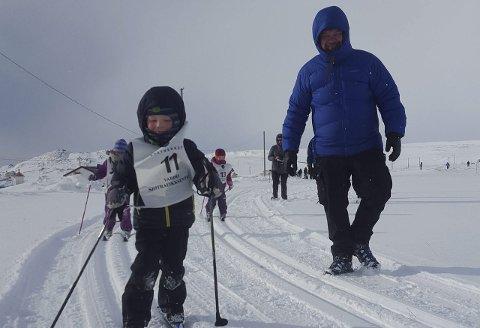 FØLGESVENN: Pappa Tor-Emil Sivertsen følger sønnen Joakim rundt i løypa.