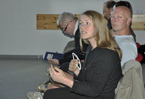 ENGASJERT: Une Bastholm, leder og førstekandidat for Miljøpartiet De grønne i Oslo, var engasjert i sin dialog med gruvedirektør Øystein Rushfeldt. T.v. ordfører Terje Wikstrøm i Kvalsund; til høyre MDGs fylkestingsrepresentant Arne Liaklev fra Sør-Varanger.