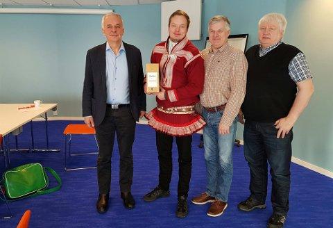 FLYPLASSMØTE: På møtet i Kautokeino fredag stilte, fra venstre: Olav Tronrud, ordfører Johan Vasara, Ola Giæver og Klemet Klemetsen (Finnmark fylkeskommune).