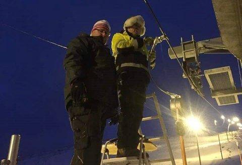 MEDBRINGER: Rainer Huemer og Helge Svendsen i Hammerfest Alpinklubb monterer de siste medbringerne til skiheisen.