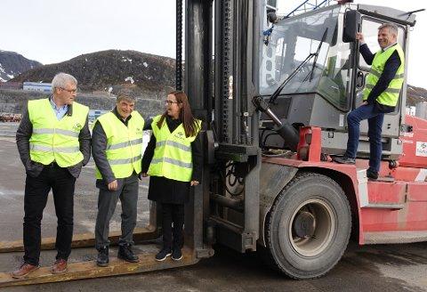 GOD STEMNING: Ap-nestleder Bjørnar Skjæran (t.h.) fattet interesse for mangt på Polarbase, inkludert dette truck-kjøretøyet, som måtte avbildes med en lattermild gjeng. Fra venstre ser du Kvalsund-ordfører Terje Wickstrøm, Hammerfest-ordfører Alf E. Jakobsen og varaordfører Marianne Sivertsen Næss.