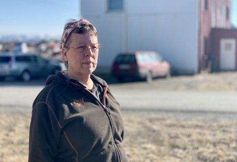 SÅ PÅGRIPELSEN: Jeanette Yvonne Hickman (60) fikk med seg pågripelsen fra stuevinduet. - Det var som på film.