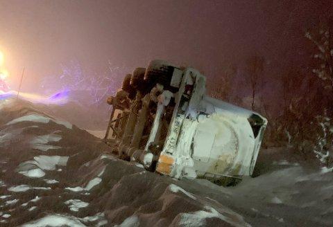 MAURSYRE: En henger lastet med rundt 25.000 liter maursyre ligger veltet i grøfta på E6 i Gratangen, ikke langt fra grensen til Troms og Finnmark fylkeskommune. Redningsarbeidet tar tid.