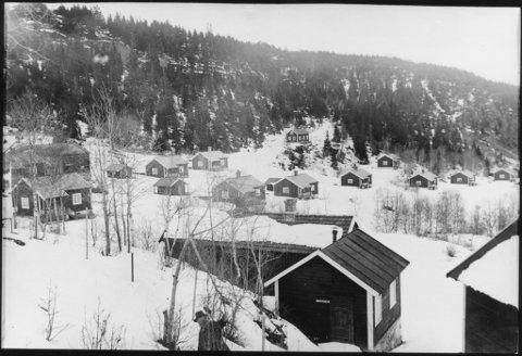 ARBEIDERLANDSBYEN: Hanebogen i Åsen med en rekke arbeiderboliger bygd for Nordenfjeldske Sprængstof. Til venstre mot midten av bildet skimtes det siste av gårdsbebyggelsen i Hanebogen