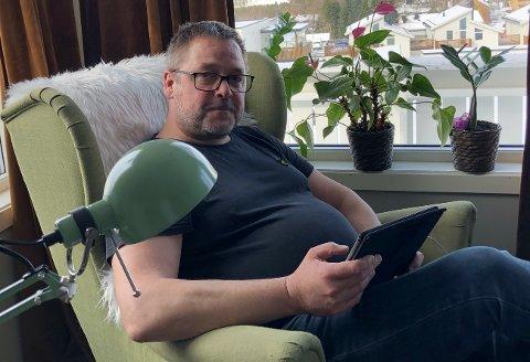 NYHETSGLAD: Lars Erik Ertsås (49) er viden kjent (i familien) for å være over middels interessert i nyheter. Han inntar dem gjerne fra diverse medier samtidig.
