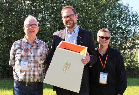 DRAR RUNDT: Dagfinn Lunner (t.v.), Roger Evjen og Hilde Torill Sollie fra Aurskog-Høland kommune tropper opp med valgurne forskjellige steder i Aurskog-Høland denne uka.