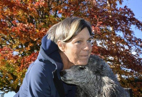 Ser framover: Karla Hölling måtte slutte i jobben som dyrlege på grunn av ettervirkningene av langvarig kreftbehandling. Tida er kommet for å se framover, og legge nye planer. De innbefatter blant annet samboer, nytt bosted – og alle dyra. Her med kongepuddelen Safira. Alle foto: Anne Enger Mjåland