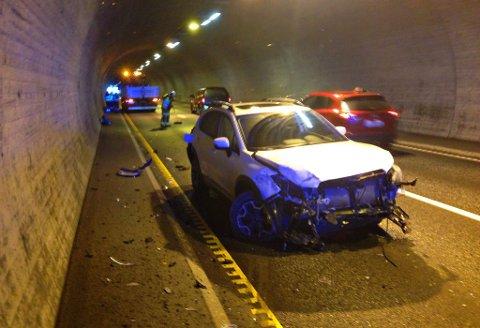 Bilen ble hardt skadd i fronten i ulykken.