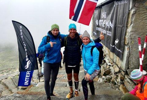 PÅ TOPPEN: Stian Maurstad besto Norseman-styrkeprøven med glans. Her på Gaustatoppen med supportteamet, Pål Rikard Thomas og Gro Eirin Dyrnes.