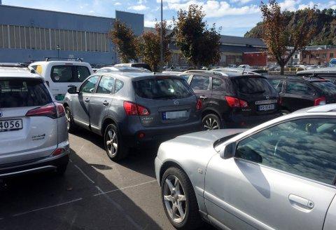 SPERRET: Her ble en kvinne parkert inne da en kollega parkerte bak bilen hennes tirsdag.