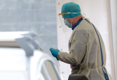 Det er 17 nye smittetilfeller siden mandag. Kommunen ber om strengere tiltak på linje med Færder og Tønsberg. Det betyr blant annet at de fleste butikker må stenge.