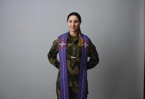 SPESIELL JOBB: Major Jenny Marie Kvisler Lillevold fra Jessheim er bataljonsprest i Sambandsbataljonen, Brigade nord i Hæren og pendler vanligvis til Bardufoss.  Nå må hun utføre prestetjenesten hjemmefra.
