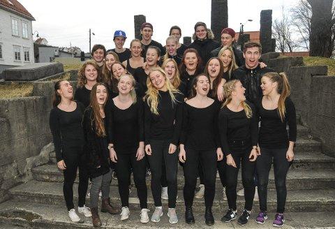 Synger: Revygjengen framfører revyens åpningssang fra trappa opp til Kirkehaugen. Begge foto: Jimmy Åsen