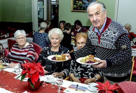 Humør: – Alle skal få, sier en opplagt Henry Isnes, som kommer med to velfylte tallerkener.
