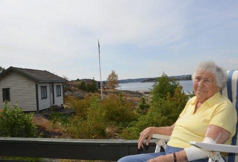 Har det godt: Karen «Kiki» Halvorsen utenfor familiehytta på Borteid. Den lille hytta er «kårhytta» som Kikis foreldre satte opp bare for seg selv. – Det er godt å bo i Norge, og få komme til Kragerø hver sommer, sier hun.