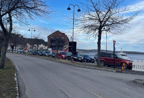 LANG KØ: Slik var ferjekøen før avgangen til Skåtøy, Gumøy og Jomfruland i 15.30-tiden fredag ettermiddag.