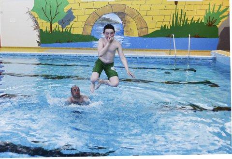 Hoppa Uti: Jakob (10) og pappa Frank Christer Steffensen var ikkje seine om å entra den første familiebadinga i Rosendal på tre år.