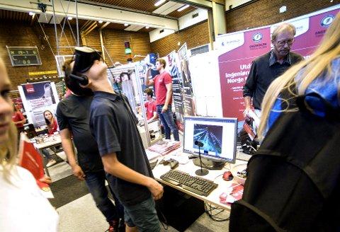 VR-Briller: Rolf Trygve Haug fra Kongsberg International School fikk testet VR-briller.
