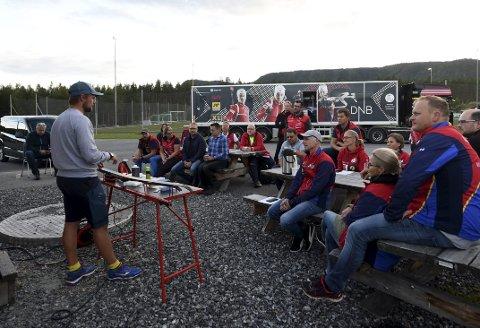 SMØREKURS: landslagssnører Tobias D. Fenne gir gode råd til lydhøre skiskytter og skiforeldre.