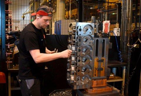 CNC-operatør Øyvind Thonhaugen har vært med å produsere deler til nødrespiratorene for Servi Group AS.
