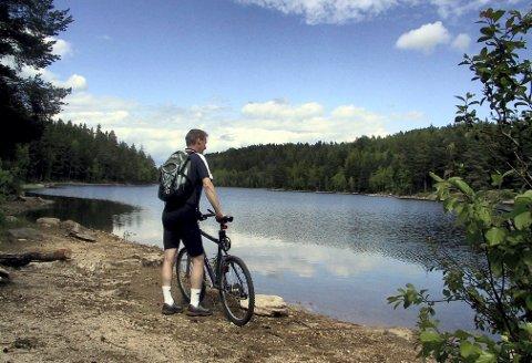 SKAPERTJERN er et idyllisk tjern og et yndet turmål, som nås enkelt både på beina, på ski, på sykkel eller med barnevogn. Her er gode bade- og fiskemuligheter. (Foto: Stein Styve)