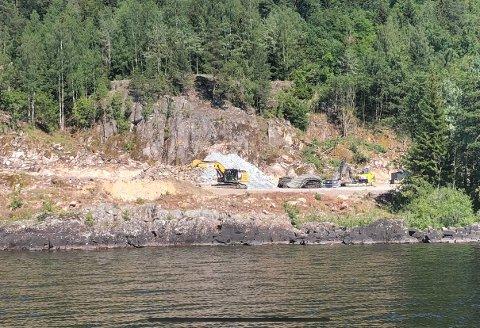 Ses best fra vannet: Arbeidet på Vefsrud er godt igang, og her skal de holde på i noen år framover.