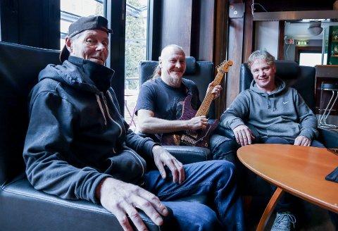 FORNØYDE: Ronny Jakobsen (f.v.), Jon-Egil Ramslie og Jørn Hartmann er glad for at rivingen av Fagerborg Hotel er utsatt. De blir på hotellet så lenge de kan.