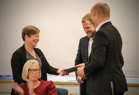 Siv Mossleth og Willfred Nordlund gratuleres av Trygve Slagsvold Vedum som nye stortingsrepresentanter.