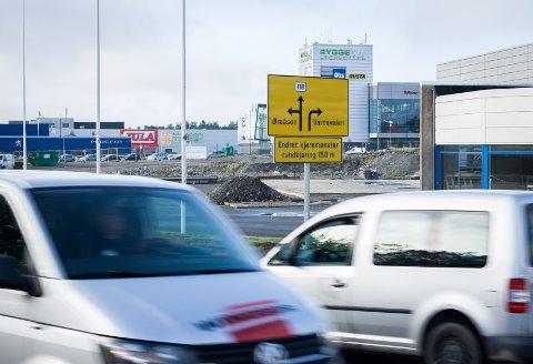 Nytt kjøremønster i rundkjøringen ved Rygge storsenter. Nå er også hjelpeskilt satt opp.