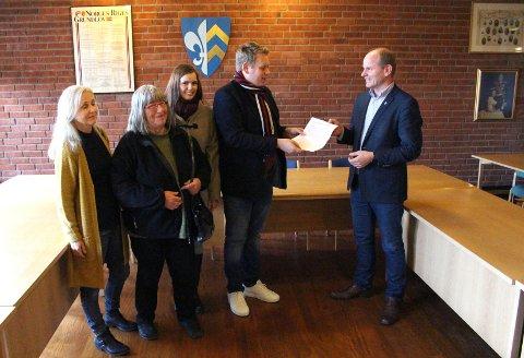 UNDERSKRIFTER: Bildet er fra da Våler SV leverte underskriftene til ordføreren fjor høst. Nå skal saken behandles i helse- og sosialutvalget. Fra venstre: Berit Handberg, Jorunn Tinglum, Siw-Elisabeth Larsen, Tore Andersen og Reidar Kaabbel.