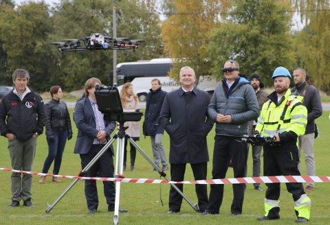 DRONETEKNOLOGI: Dette bildet  er fra en demonstrasjon av droner på Ekebergsletta i 2016. Samferdselsministeren peker på de enorme fremtidsvyene som droneteknologien representerer. foto: samferdselsdepartementet