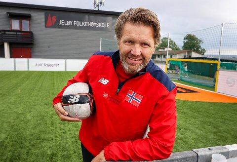 FLAGGET PÅ BRYSTET: Rune Isegran bor på Grimsrød og er sjef for landslaget i gatefotball.