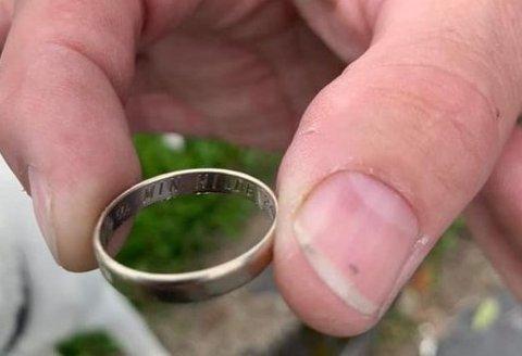 FUNNET: Ringen ble funnet utenfor inngangen til Biltema.