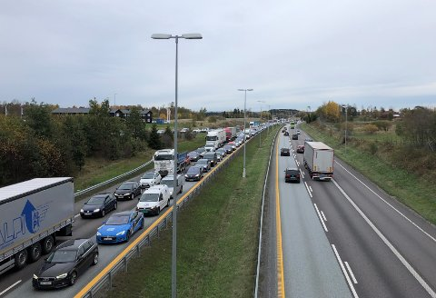 KØ: Ulykken skapte kø ved avkjøringen til Vestby nord onsdag ettermiddag.