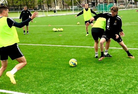 OMSKOLERES: Fredrik Wasenius (nummer 23) har lenge blitt betegnet som et talent som midtbanespiller i MFK. Nå er han imidlertid omskolert og skal kjempe om en plass som høyreback under Shaun Constables ledelse.