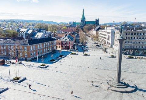 Dronebilder av et nesten helt tomt Trondheim sentrum 17. mai.