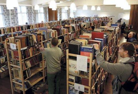 MYE LESESTOFF: Bokorm eller lesehest? Lions-klubben på Bekkelaget kan i år tilby over 20.000 bøker, og arrangerer trolig en av byens aller største bokmarkeder. Arkivfoto