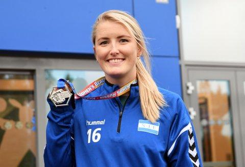 SØLVJENTE: Kathrine Sæthre fikk med seg en sølvmedalje fra beach-VM i Russland.