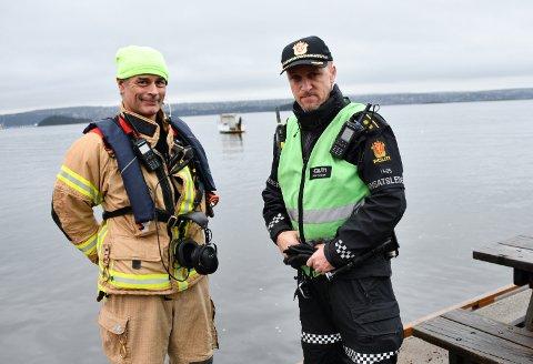 Innsatsleder Søren Rodriguez fra Follo brannvesen t.v. og innsatsleder Anders Strømsæther i Øst politidistrikt  kan konstatere at aksjonen er avsluttet, og at den som har avfyrt raketten har tatt båten til byen. Foto: Trond Folckersahm