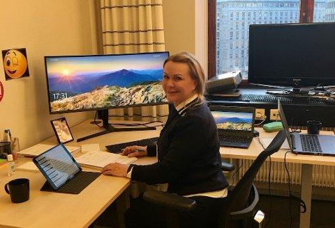 POLITIKER: Britt Fossum på kontoret. Foto: Privat