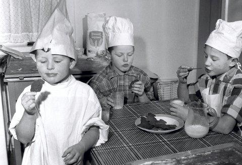 JULA 1958: Tre brødre lager pepperkakem       enn til jul. Ellers var det ofte kvinnene - mødre og døtre - som var mest på kjøkkenet på 1950-tallet. Foto: Aage Storløkken NTB / Scanpix