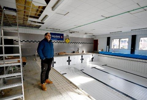 Prosjektleiar Steinar Løkken fortel at den nye svømmebassenget skal stå ferdig til skulestart hausten 2022.